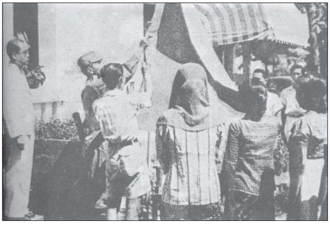 pengibaran bendera merah putih saat proklamasi 17 agustus 1945